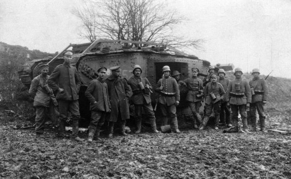 Niemieccy żołnierze przy zniszczonym brytyjskim czołgu Mark IV lub V