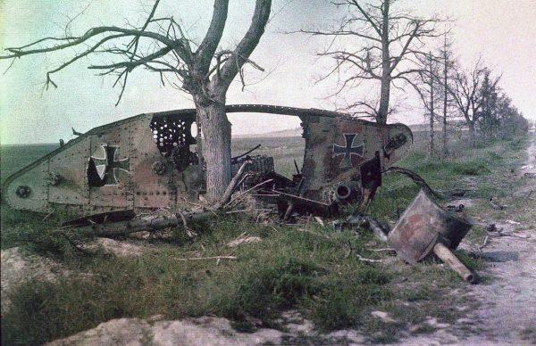 Zniszczony czołg Mark przejęty przez Niemców (fot. Autochrome Lumičre, Charles Adrien/R Schultz Collection)