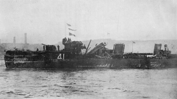Uszkodzony podczas bitwy jutlandzkiej brytyjski niszczyciel HMS Spitfire