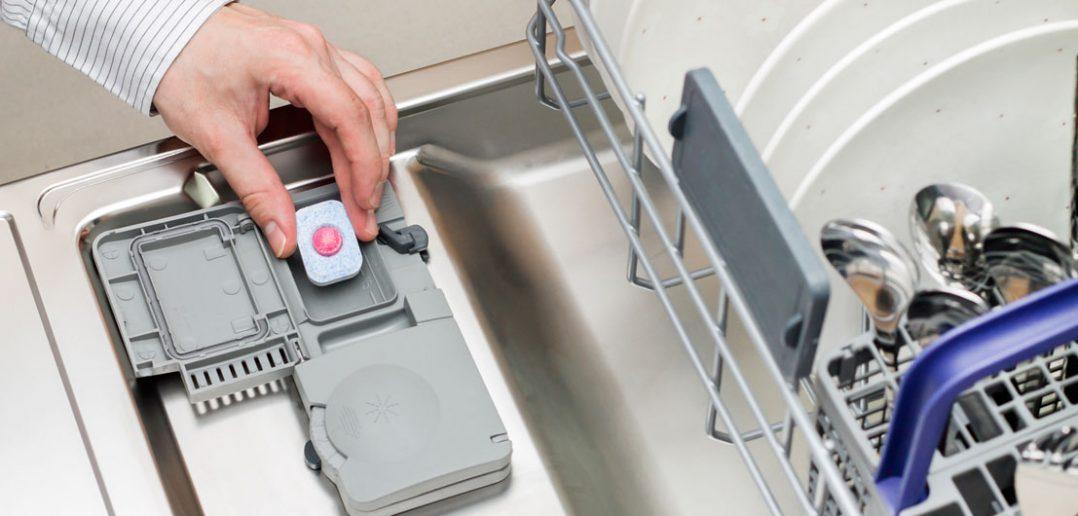 Brudne naczynia po wyjęciu ze zmywarki? Najczęstsze przyczyny problemu