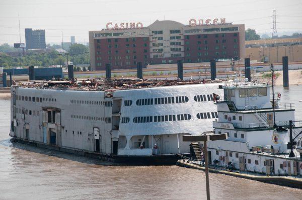 SS Admiral w drodze do stoczni złomowej