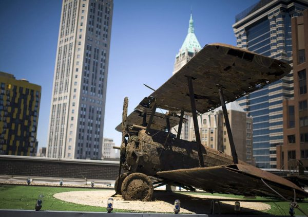 Replika samolotu na dachu biurowca przy 77 Water Street