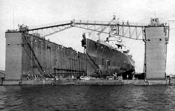 Lekki krążownik USS Columbia w doku ABSD-1