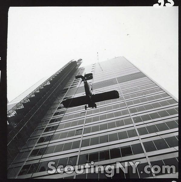 Replika samolotu w drodze na dach biurowca przy 77 Water Street
