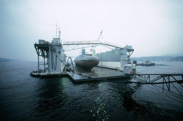 Amerykański atomowy okręt podwodny w doku ABSD-7