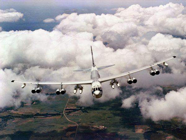 B-52 z podwieszonymi pociskami Skybolt