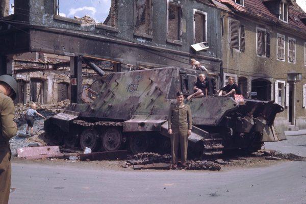Aliancki żołnierz pozuje do zdjęcia przy wraku Jagdtigera