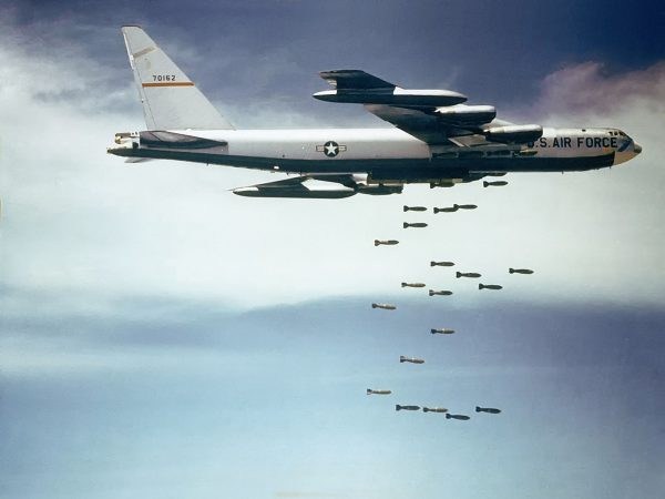 B-52 podczas zrzutu swojego śmiercionośnego ładunku