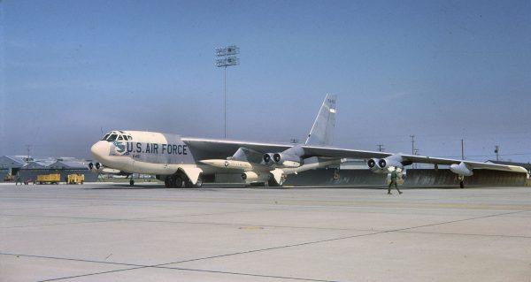 B-52 z podwieszonym AGM-28 Hound Dog