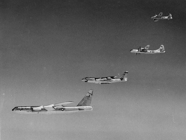 Kilka pokoleń amerykańskich bombowców strategicznych - B-52, B-47, B-29 i B-17