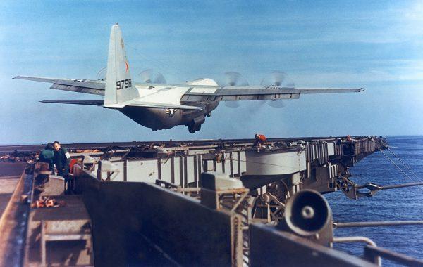 KC-130F podczas startu z USS Forrestal