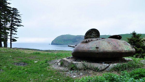 Wieża T-54 na bunkrze na wyspie Szykotan (fot. Yuri Maksimov)