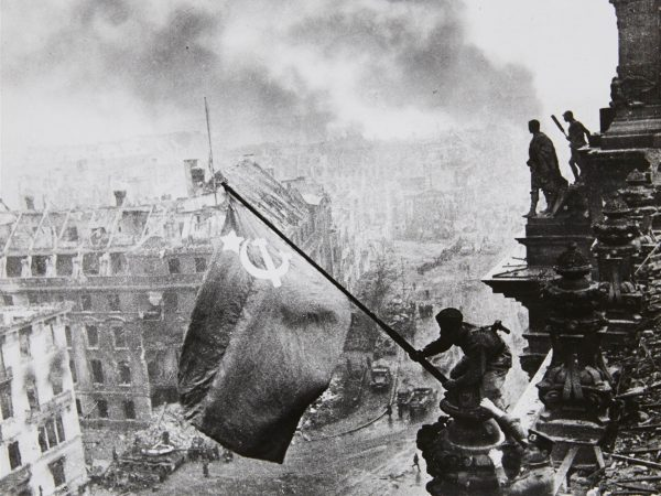 Radziecki sztandar nad Reichstagiem (fot. Jewgienij Chałdiej)