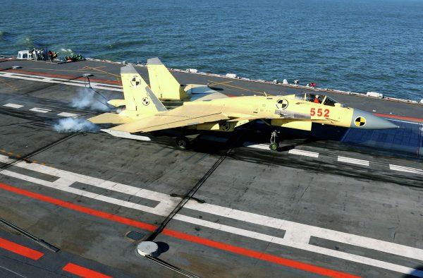 Myśliwiec J-15 na pokładzie lotniskowca Liaoning