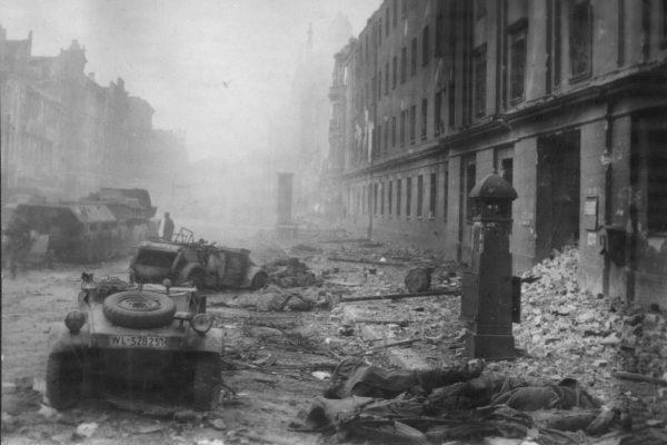 Zabici żołnierze i zniszczone pojazdy na ulicach Berlina