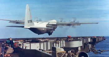 C-130 Hercules na pokładzie lotniskowca USS Forrestal