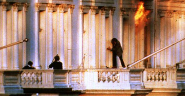 Jeden z zakładników uciekający z ambasady podczas szturmu