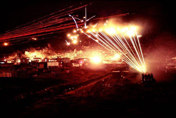 Ostrzał wzgórza na którym ukrył się snajper - Wietnam, kwiecień 1970 (fot. James Speed Hensinger)