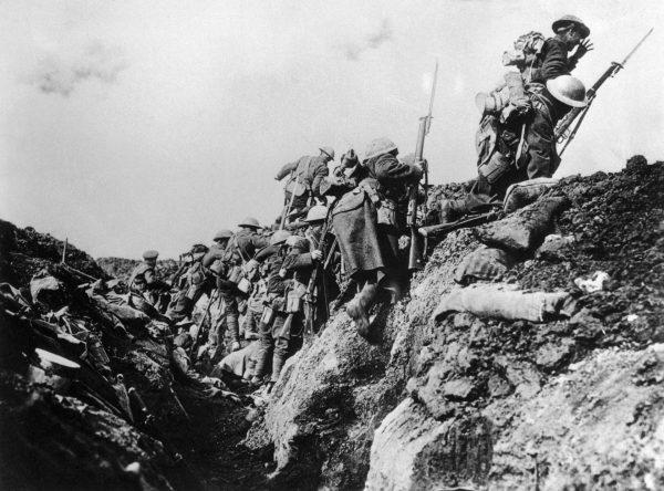 Kanadyjscy żołnierze podczas szturmu w trakcie I wojny światowej