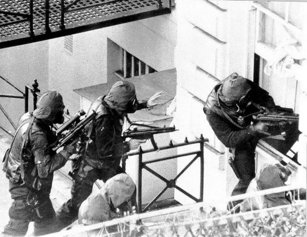 Operatorzy SAS podczas szturmu na ambasadę