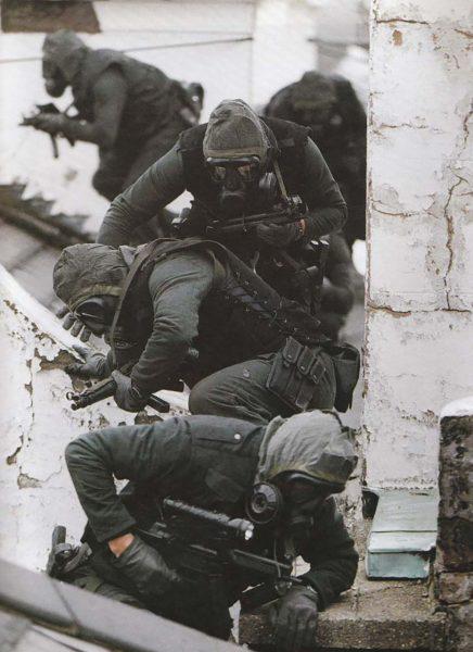Operatorzy SAS przygotowujący się do szturmu na ambasadę