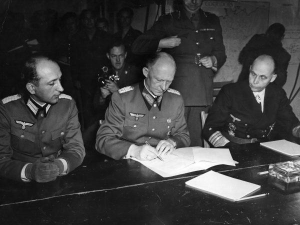 Generał Alfred Jodl podpisuje akt bezwarunkowej kapitulacji III Rzeszy