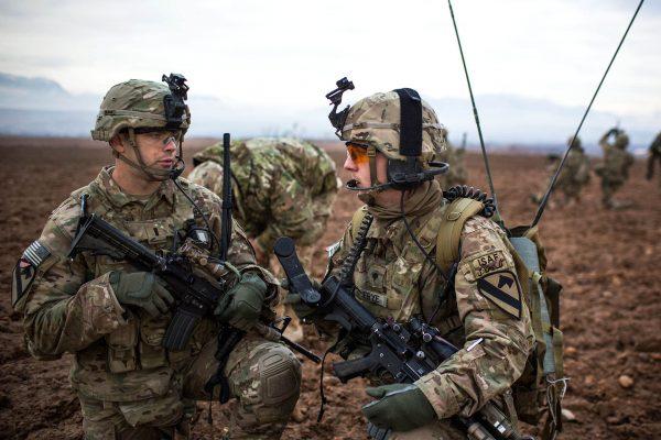 Amerykańscy żołnierze w mundurach w kamuflażu MultiCam w Afganistanie w 2013 roku (fot. Alex Flynn/US Army)