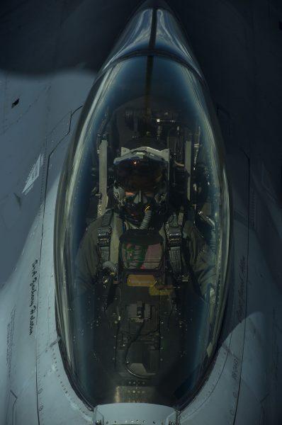 Amerykański F-16 w trakcie tankowania podczas manewrów BALTOPS, sfotografowane z pokładu KC-135R Stratotanker - 14 czerwca 2017 r. (fot. Staff Sgt. Jonathan Snyder)