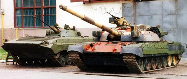 BMT-72 obok BMP-2