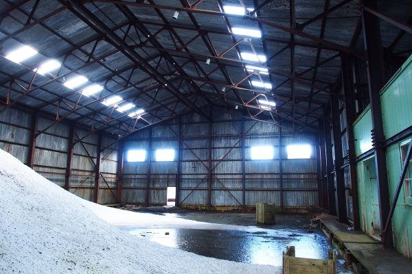 Ruiny hangaru lotniczego na Deception Island (fot. Murray Foubister/Wikimedia Commons)