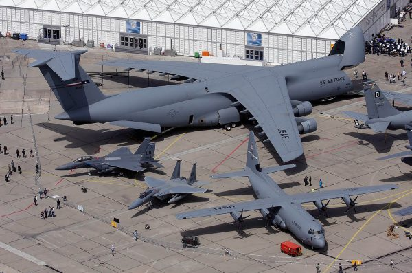 C-5 Galaxy, C-130 Hercules i dwa F-15