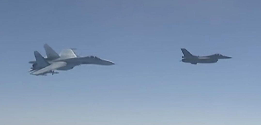 """F-16 """"eskortował"""" rosyjskiego Tu-154 nad Bałtykiem"""