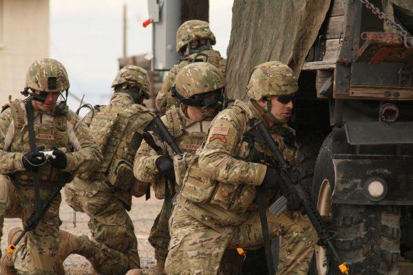 Amerykańscy żołnierze w mundurach w kamuflażu MultiCam (fot. US Army)