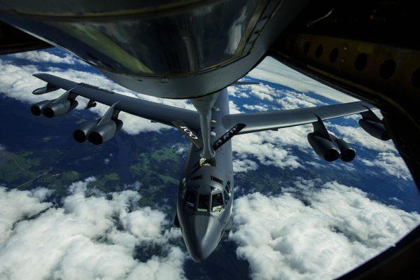 Amerykański B-52H Stratofortress z 2nd Bomb Wing w trakcie tankowania podczas manewrów BALTOPS, sfotografowane z pokładu KC-135R Stratotanker - 14 czerwca 2017 r. (fot. Staff Sgt. Jonathan Snyder)