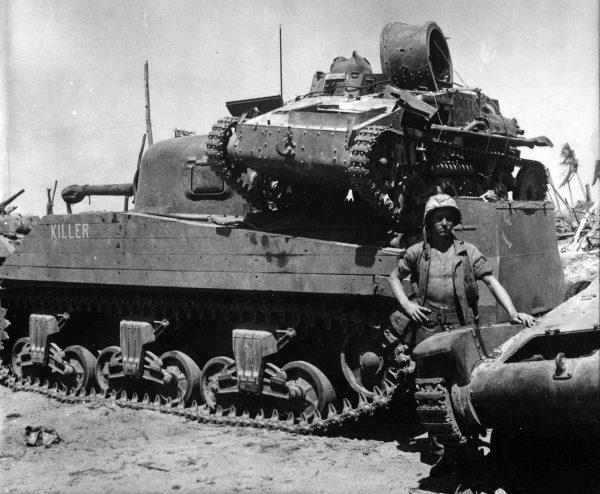Szeregowy N. E. Carling stojący obok amerykańskiego czołgu M4A2 Sherman o nazwie własnej Killer, na którym ustawiono zniszczoną japońską tankietkę Type 94 Te-Ke. Obok stoi wrak innego japońskiego czołgu, prawdopodobnie tankietki Type 97 Te-Ke. Zdjęcie wykonano 2 lutego 1944 roku na atolu Kwajalein.