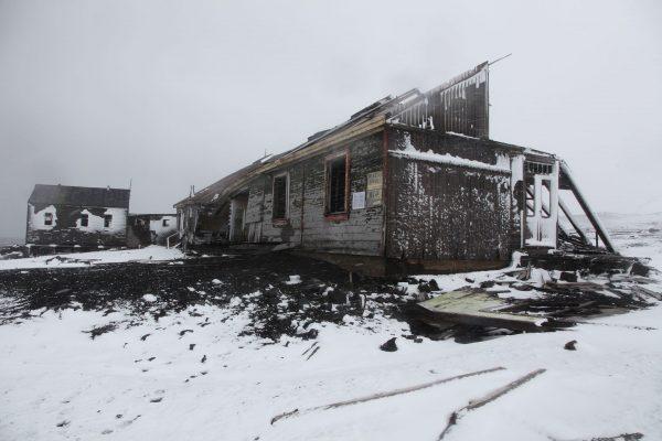 Ruiny na Deception Island (fot. Liam Quinn/Wikimedia Commons)
