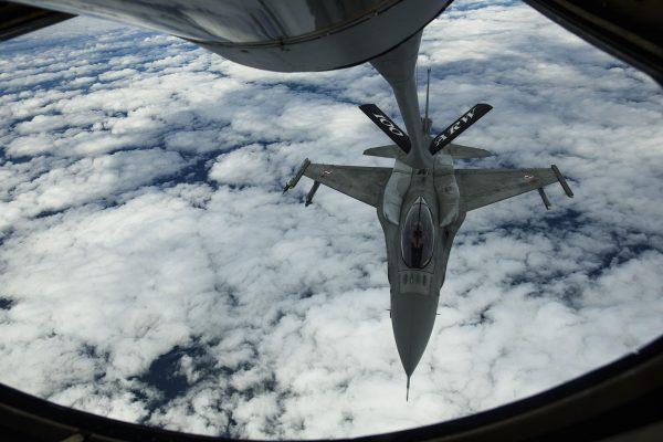 Polski F-16 w trakcie tankowania podczas manewrów BALTOPS, sfotografowane z pokładu KC-135R Stratotanker - 14 czerwca 2017 r. (fot. Staff Sgt. Jonathan Snyder)