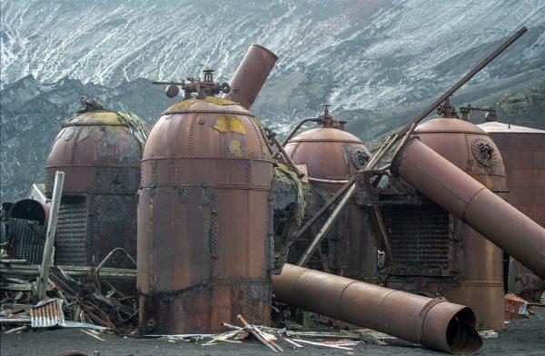 Ruiny na Deception Island (fot. Jerzy Strzelecki/Wikimedia Commons)