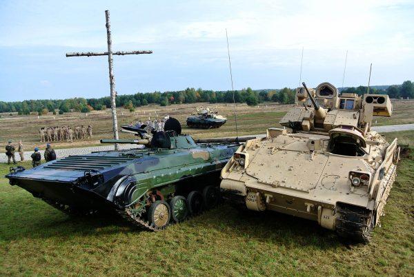 Polski BWP-1 obok amerykańskie bwp M2 Bradley
