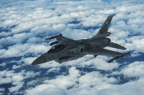 Polski F-16 po zakończeniu tankowania w trakcie manewrów BALTOPS, sfotografowane z pokładu KC-135R Stratotanker - 14 czerwca 2017 r. (fot. Staff Sgt. Jonathan Snyder)