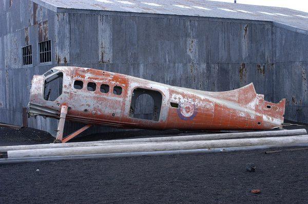 Usunięty w 2004 roku wrak samolotu DHC Beaver na Deception Island (fot. Rolf Wallner)