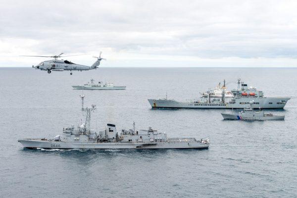 Sikorsky SH-60 Seahawk przelatujący nad FS Latouche Treville (D646), ICGV Tyr, RFA Wave Ruler, ITS Alliance i HMCS St Johns (fot. FRAN CPO Christian Valverde)