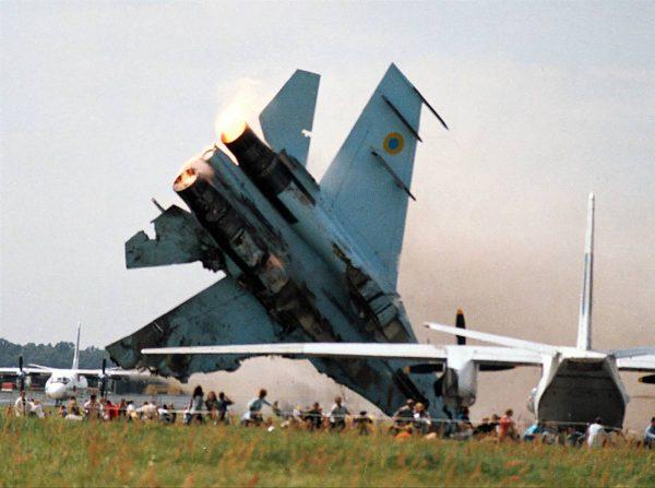 Ukraiński Su-27 w momencie katastrofy na lotnisku Skniłów w trakcie pokazów w 2002 roku