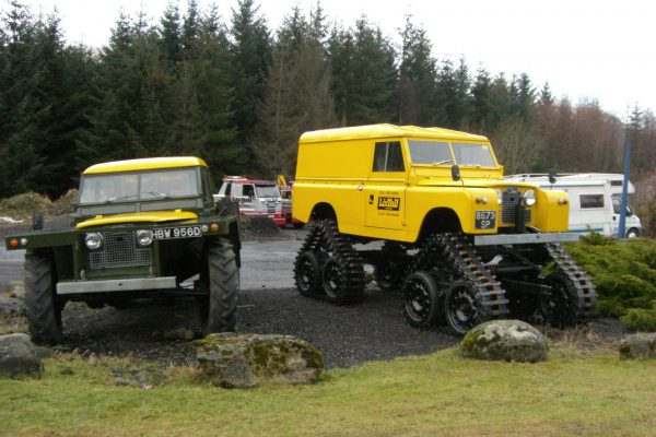 Cuthbertson Land Rover a po lewej inny przerobiony Land Rover
