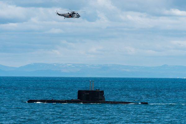 Kanadyjski SH-3 Sea King i okręt podwodny HNoMs Uredd (S305) (fot. FRAN CPO Christian Valverde)