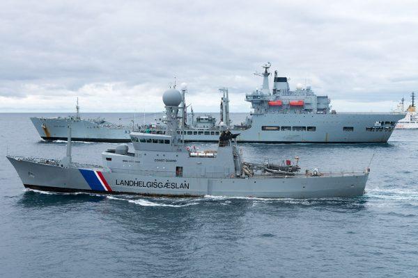 Islandzki okręt straży przybrzeżnej Tyr i RFA Wave Ruler (fot. FRAN CPO Christian Valverde)