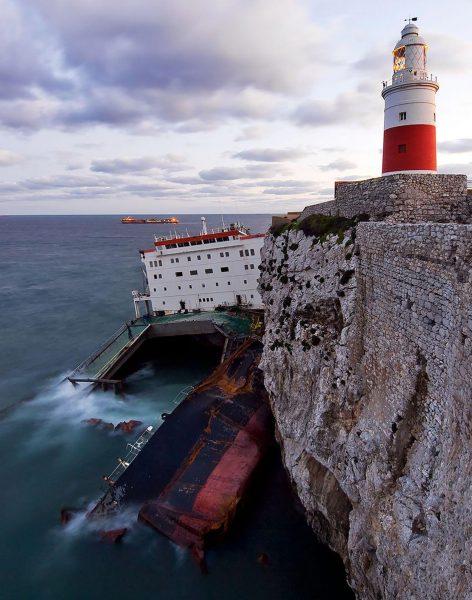Wrak MV Fedra na skałach przy latarni morskiej na Europa Point (fot. reddit.com)