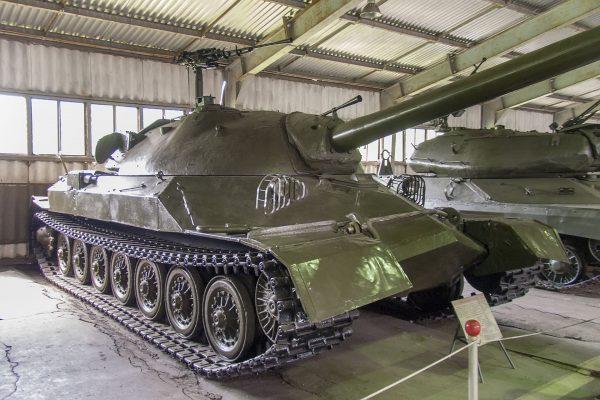 Czołg superciężki IS-7 - z tyłu widać czołg ciężki IS-4 (fot. Mike1979 Russia/Wikimedia Commons)