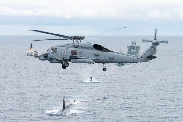 Sikorsky SH-60 Seahawk przelatujący nad USS Toledo i HNoMS Ures (fot. FRAN CPO Christian Valverde)
