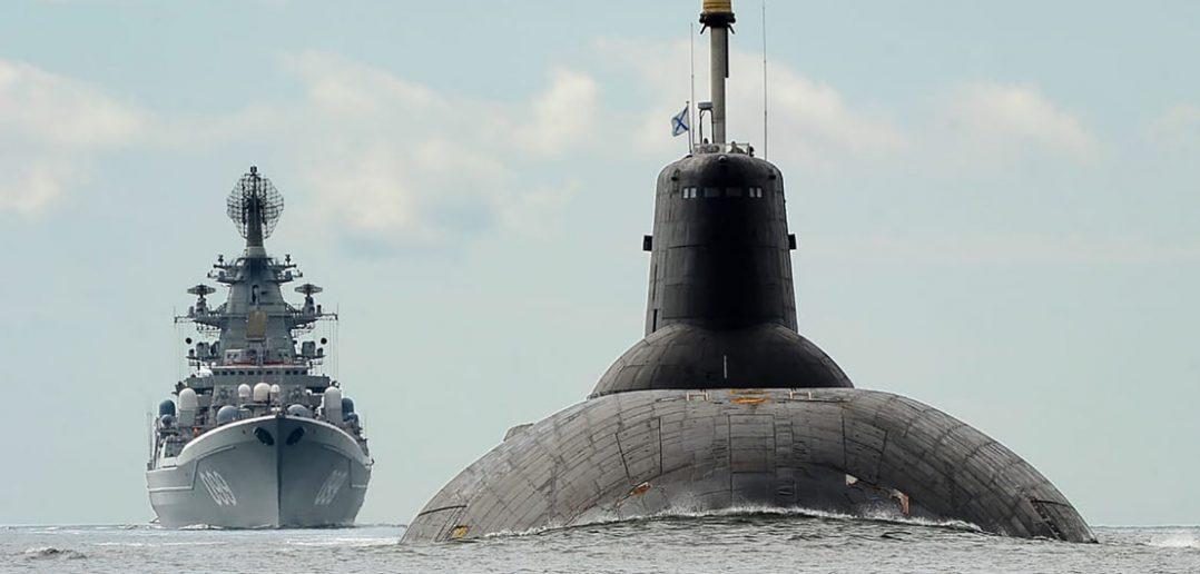 Krążownik Piotr Wielki i okręt podwodny Dmitrij Donskoj na Bałtyku - zdjęcie